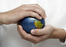Homme d'affaires retenant un globe Image stock