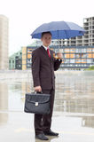Homme d'affaires retenant un parapluie Photos libres de droits