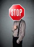 Homme d'affaires retenant un signe d'arrêt Photo libre de droits