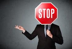 Homme d'affaires retenant un signe d'arrêt Images libres de droits