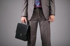 Homme d'affaires retenant une serviette image stock