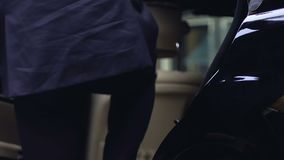 Homme d'affaires riche entrant dans la voiture, porte personnelle de fermeture de conducteur de l'automobile, VIP banque de vidéos