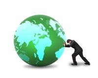 Homme d'affaires roulant la grande boule avec la carte mondiale là-dessus isolat Photo stock