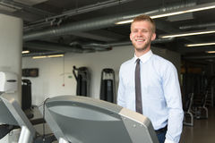 Homme d'affaires Running On Treadmill dans le gymnase image stock
