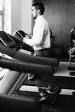Homme d'affaires Running On Treadmill dans le gymnase images libres de droits
