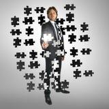Homme d'affaires sélectionnant un morceau de puzzle Image libre de droits