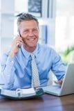 Homme d'affaires sérieux ayant l'appel téléphonique Photo stock