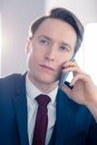 Homme d'affaires sérieux ayant un appel téléphonique Photos stock