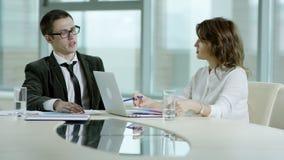 Homme d'affaires sérieux et femme d'affaires discutant le projet banque de vidéos