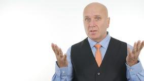Homme d'affaires sérieux Portrait Speaking et faire des gestes lors de la réunion photo stock