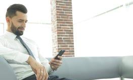 Homme d'affaires sérieux s'asseyant au bureau dans le bureau Photographie stock