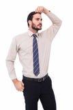 Homme d'affaires sérieux se tenant avec la main sur la tête Image libre de droits