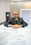 Homme d'affaires sérieux travaillant dans le bureau Photo stock