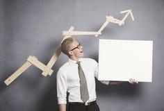 Homme d'affaires sûr avec le panneau vide blanc. image libre de droits