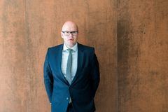 Homme d'affaires sûr bel Portrait Verticale d'un beau Photographie stock libre de droits