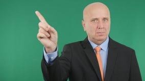 Homme d'affaires sûr et sérieux Make un aucun signe d'attention de gestes de main image stock
