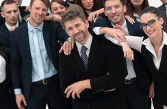 Homme d'affaires sûr se tenant sur le fond de son équipe d'affaires Photos libres de droits