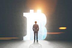 Homme d'affaires sûr, signe de bitcoin photos stock