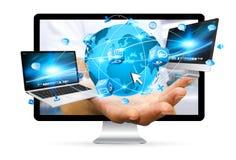 Homme d'affaires s'échappant à partir de l'ordinateur tenant le dispositif de technologie dans son ha Photo libre de droits