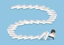 Homme d'affaires s'échappant des dominos en baisse illustration de vecteur