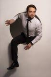 Homme d'affaires s'élevant hors d'un trou circulaire photographie stock libre de droits