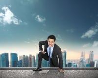 Homme d'affaires s'élevant jusqu'au dessus du bâtiment Images libres de droits