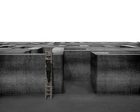 Homme d'affaires s'élevant sur l'échelle en bois jusqu'au dessus du labyrinthe concret Image stock