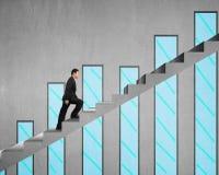 Homme d'affaires s'élevant sur l'escalier concret avec le diagramme sur le wa concret Photographie stock