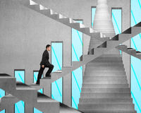 Homme d'affaires s'élevant sur l'escalier concret avec le diagramme sur le wa concret Photo libre de droits