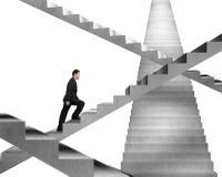Homme d'affaires s'élevant sur le labyrinthe concret d'escalier Photographie stock