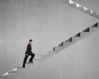 Homme d'affaires s'élevant sur les escaliers concrets Images stock