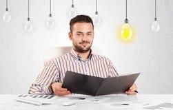 Homme d'affaires s'asseyant à la table avec les ampoules d'idée Illustration de Vecteur