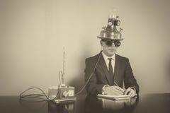 Homme d'affaires s'asseyant au bureau avec le bloc-notes Images stock