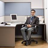 Homme d'affaires s'asseyant au bureau dans le compartiment photo libre de droits