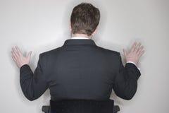 Homme d'affaires s'asseyant avec des bras à l'extérieur Photo stock
