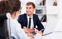 Homme d'affaires s'asseyant avec l'ordinateur portatif photographie stock