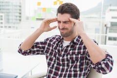 Homme d'affaires s'asseyant avec le mal de tête grave photo libre de droits