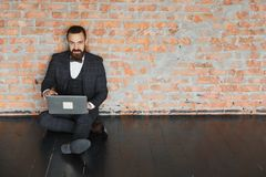 Homme d'affaires s'asseyant dans de nouveaux lieux pour le loyer ou l'espace de travail vide Images libres de droits