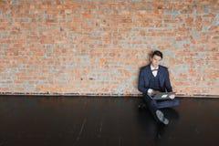 Homme d'affaires s'asseyant dans de nouveaux lieux pour le loyer ou l'espace de travail vide se reposer dans le bureau vide trava Images libres de droits