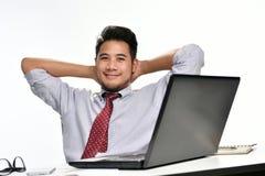 Homme d'affaires s'asseyant dans la posture décontractée faisant ensuite effectuer le travail facilement photos libres de droits