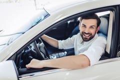 Homme d'affaires s'asseyant dans la voiture photos stock