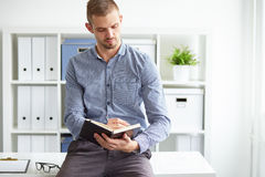Homme d'affaires s'asseyant dans le bureau photos stock