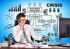 Homme d'affaires s'asseyant dans le bureau avec le téléphone Photographie stock libre de droits
