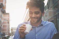 Homme d'affaires s'asseyant en café de rue et ayant la pause-café photos libres de droits