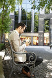 Homme d'affaires s'asseyant en parc Image libre de droits