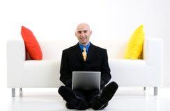 Homme d'affaires s'asseyant sur l'étage Image libre de droits