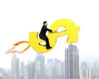 Homme d'affaires s'asseyant sur la fusée d'argent volant au-dessus de la ville Image stock