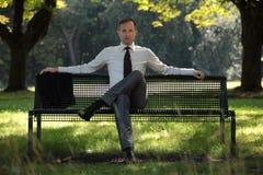 Homme d'affaires s'asseyant sur la plage images libres de droits