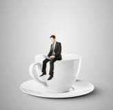 Homme d'affaires s'asseyant sur la tasse de café Photos stock