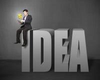 Homme d'affaires s'asseyant sur le dessus du mot 3D Photographie stock libre de droits